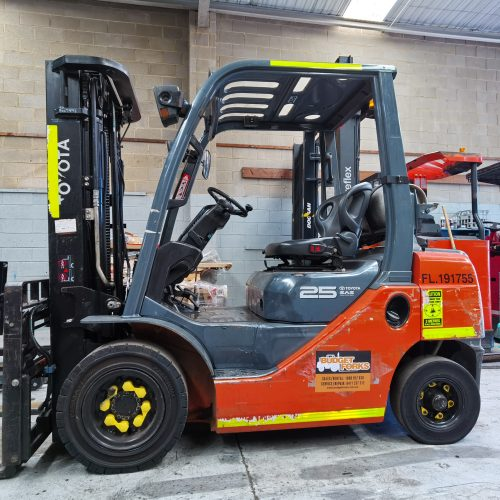 Used Toyota 32-8FG25 2.5T 4.5M Gas Forklift Right